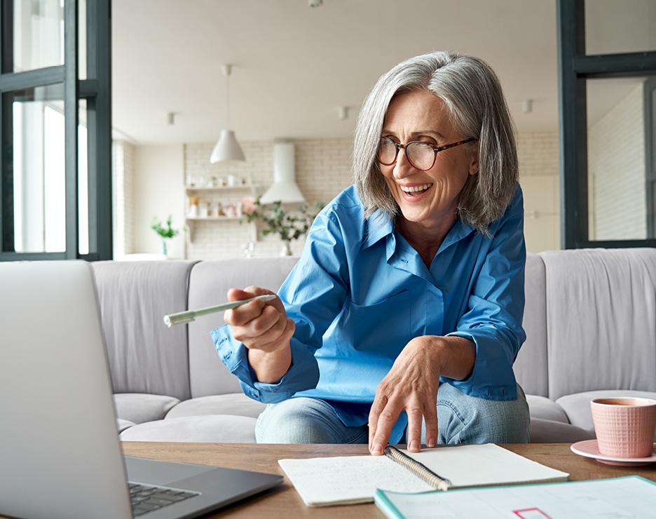 Nainen etätöissä tietokoneen ääressä